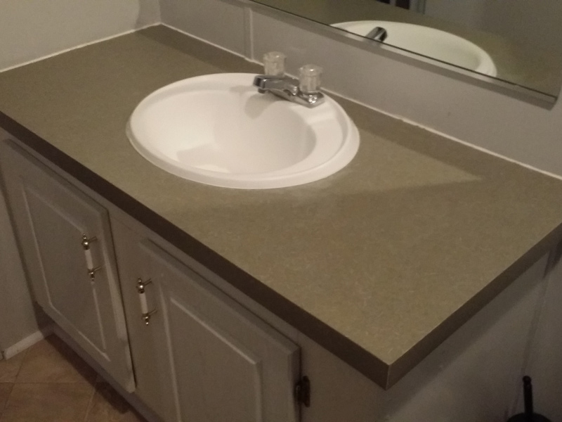 a laiminate countertop before refinishing with granite overlay